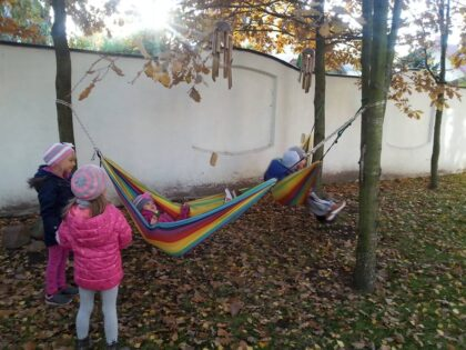 Słoneczna Szkoła Podstawowa - relaks w ogrodzie sensorycznym